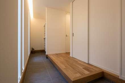 玄関ホール: LITTLE NEST WORKSが手掛けた玄関・廊下・階段です。