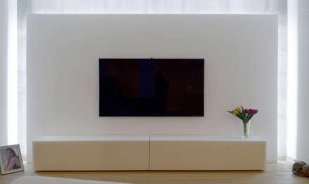 Soggiorno: Sala multimediale in stile  di Giacomo Accordi
