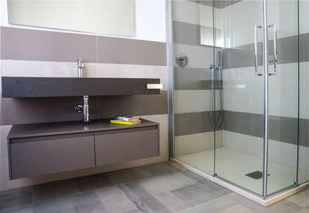 Polihouse : Bagno in stile in stile Minimalista di LB Design e Allestimenti