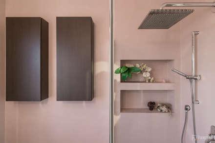 """""""Suggestioni nel giardino dei ciliegi"""": Bagno in stile in stile Moderno di Federico Viola Fotografia"""
