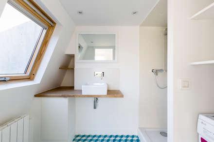 Rénovation d'un appartement sous les combles: Salle de bain de style de style Scandinave par Mon Concept Habitation