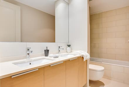 Baño principal: Baños de estilo moderno de Markham Stagers