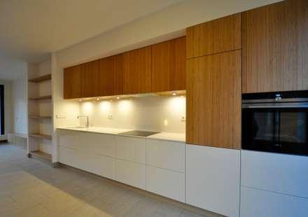 Keuken: minimalistische Keuken door Bobarchitectuur