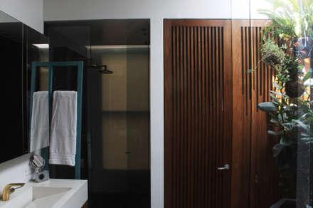 Remodelación Apartamento Echeverry: Baños de estilo moderno por Contrafuerte Arquitectura
