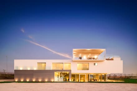 3 FAMILIAS - 3 CUBOS: Casas de estilo moderno por Chetecortes