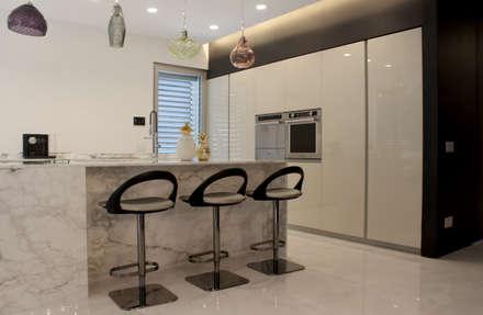 Villa N: Cucina in stile in stile Classico di Studio  Vesce Architettura