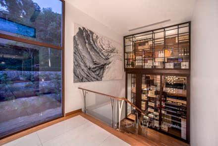 ESCALERA/CAVA: Pasillos y vestíbulos de estilo  por DMS Arquitectas