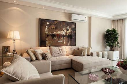 Living: Salas de estar clássicas por Flávia Kloss Arquitetura de Interiores