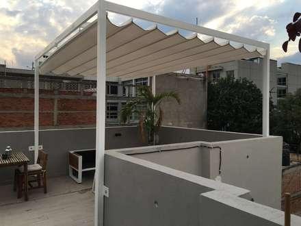 Toldo plegable para pérgola. Colónia Roma.: Terrazas de estilo  por Materia Viva S.A. de C.V.