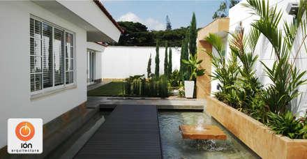 ESPEJO DE AGUA ACCESO CASA CIUDAD JARDIN : Jardines de estilo minimalista por ION arquitectura SAS