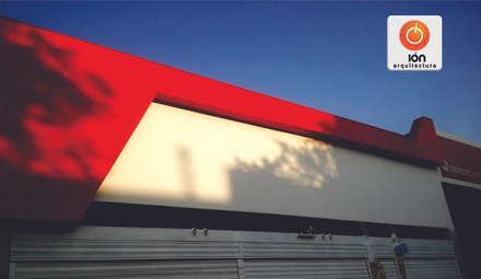 CLINICA DEL RAYON / Avenida Pasoancho: Concesionarios de automóviles de estilo  por ION arquitectura SAS