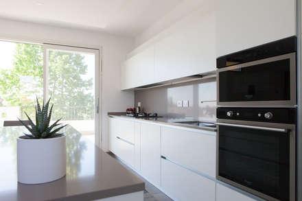 K2: Cucina in stile in stile Minimalista di Andrea Picinelli