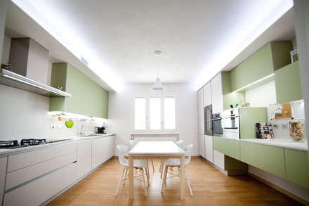 K5: Cucina in stile in stile Minimalista di Andrea Picinelli
