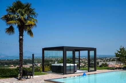 Come portare una spa con veranda in giardino .: Giardino in stile in stile Moderno di Aquazzura Piscine