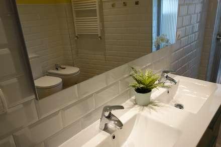 Vista desde el espejo: Baños de estilo escandinavo de Noelia Villalba