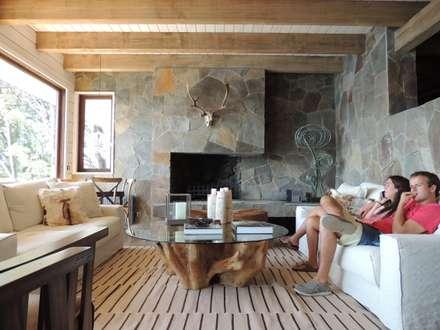 casa Balmaceda - Fontaine: Livings de estilo moderno por David y Letelier Estudio de Arquitectura Ltda.