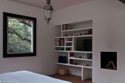 CASA LAS MANDARINAS: Recámaras de estilo ecléctico por M+N Arquitectos