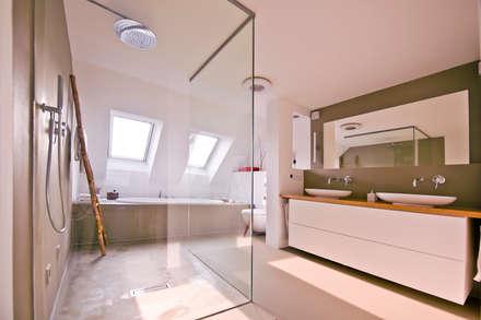140 qm Galeriewohnung: industriale Badezimmer von freudenspiel - Interior Design