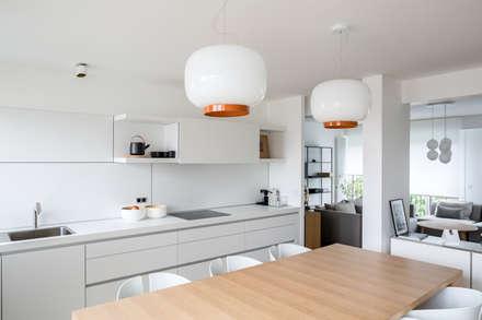 Rénovation d'architecte dans un appartement à Levallois: Cuisine de style de style Scandinave par Mon Concept Habitation