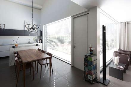 Energiepositieve woning: minimalistische Keuken door Joris Verhoeven Architectuur