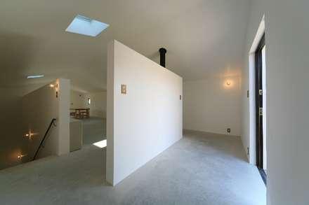吉根の家: TOMOAKI  UNO  ARCHITECTSが手掛けた玄関・廊下・階段です。