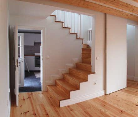Sala, escadas e cozinha: Corredores e halls de entrada  por Nuno Gouveia, arquiteto