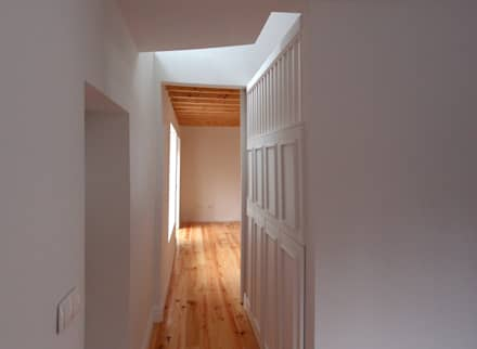 Passagem para a cozinha: Corredores e halls de entrada  por Nuno Gouveia, arquiteto