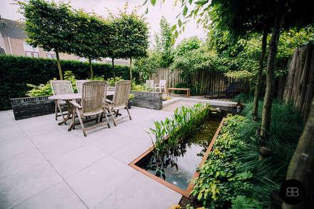 Compacte vijver in groene achtertuin: landelijke Tuin door Buro Buitenom exterieurontwerpers