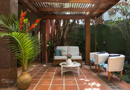 Casa Camburi: Corredores, halls e escadas tropicais por SET Arquitetura e Construções