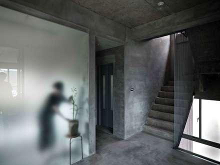舉重若輕_石頭宅:  走廊 & 玄關 by 本晴設計