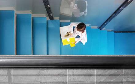 La Scala Blu: Ingresso & Corridoio in stile  di Mohamed Keilani Architect