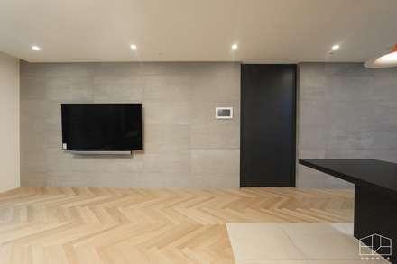 독산동 롯데캐슬 골드파크 42평 아파트 인테리어: 홍예디자인의  거실