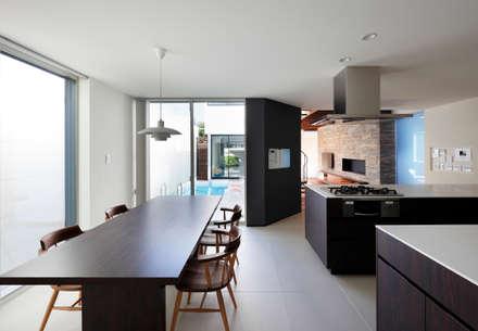 吹田の家_木漏れ日のプールサイドハウス: 近藤晃弘建築都市設計事務所が手掛けたダイニングです。