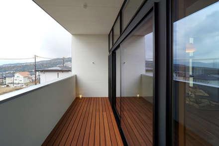 宝塚の家_太陽を取り込む家: 近藤晃弘建築都市設計事務所が手掛けたベランダです。
