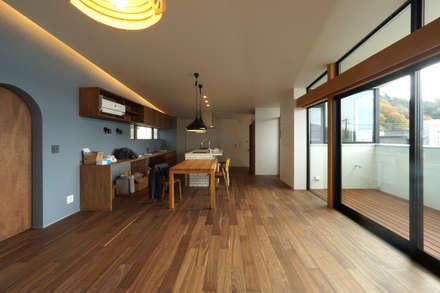 宝塚の家_太陽を取り込む家: 近藤晃弘建築都市設計事務所が手掛けたリビングです。