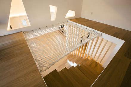 modern Corridor, hallway & stairs by bomhousing