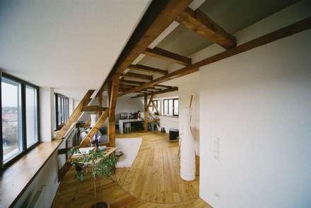 Umbau einer denkmalgeschützten Tabakscheune - Arbeitszimmer 3.OG: landhausstil Ankleidezimmer von Peter Stasek Architects - Corporate Architecture