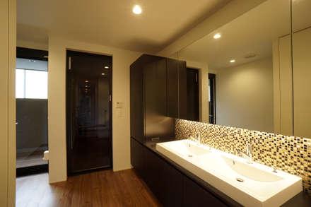 大東の家_水盤のあるガレージコートハウス: 近藤晃弘建築都市設計事務所が手掛けた浴室です。