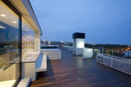 Balcone veranda terrazza in stile minimalista homify for Eusebi arredamenti