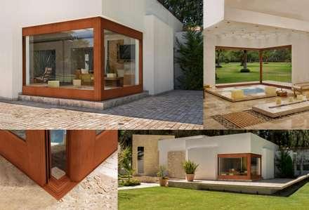 Corredizas en Escuadra: Casas de estilo moderno por Lens Puertas de Aluminio.