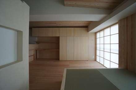南港の家_木のマンションリノベーション: 近藤晃弘建築都市設計事務所が手掛けたダイニングです。