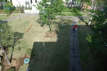 Jardins de fachada  por 株式会社小木野貴光アトリエ 級建築士事務所