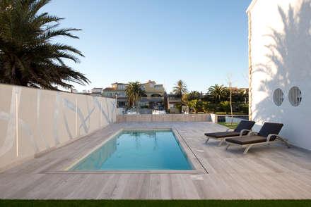 Proyecto integral de vivienda en el mar: Piscinas de estilo minimalista de HD Arquitectura d'interiors