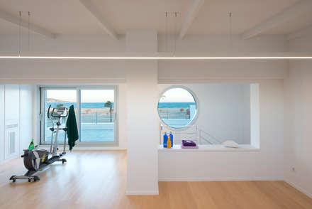 Proyecto integral de vivienda en el mar: Gimnasios domésticos de estilo minimalista de HD Arquitectura d'interiors