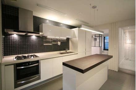 20평대아파트인테리어: 맥퍼니컬러스의  주방