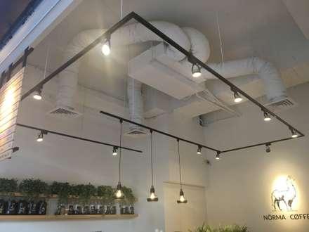 諾馬連鎖咖啡廳 信義店:  牆壁與地板 by 捷士空間設計
