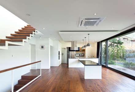 1층 식당과 주방: 건축사사무소 모도건축의  다이닝 룸