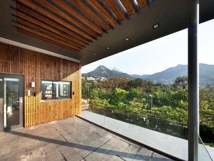 2층 테라스: 건축사사무소 모도건축의  베란다