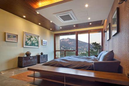 2층 침실: (주)건축사사무소 모도건축의  침실