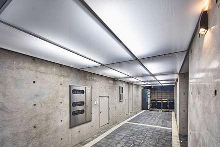 여림 주택 주차장: 건축사사무소 어코드 URCODE ARCHITECTURE의  차고